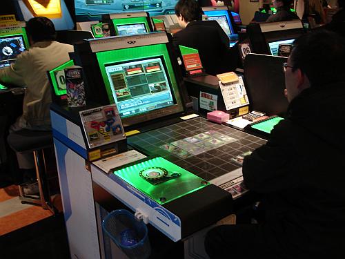 Mistura de jogo de cartas com videogame