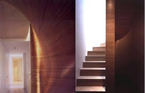 Uma escada sensualmente curva, de madeira.