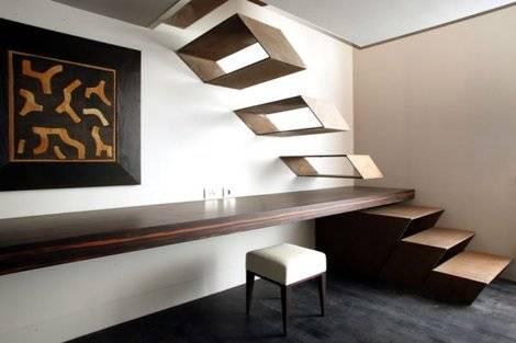 Escada que parece uma parte da mobília.