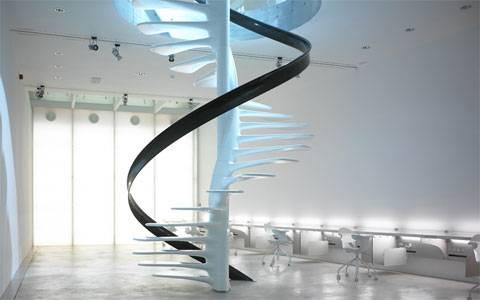 Escada DNA, com corrimão flutuante.