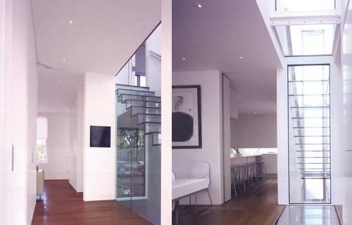 Escada janela de vidro para entrar luz.