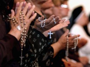 Mulheres rezando o terço.